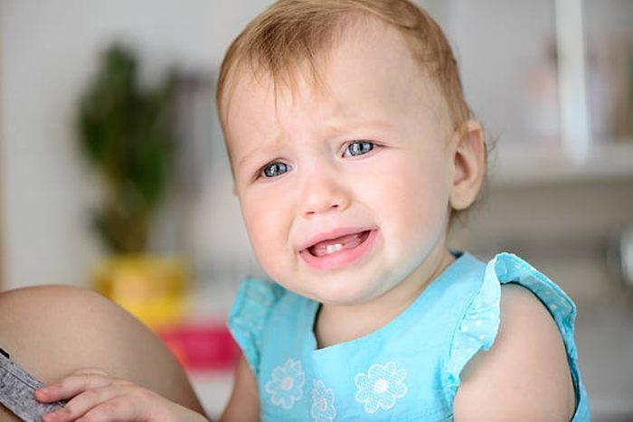 teething infant starting to show teething symptoms